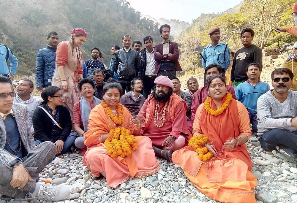 Pilot Baba with his devotees